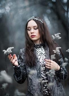 Porträt einer frau in einem märchenbild einer dunklen königin in einem mysteriösen wald