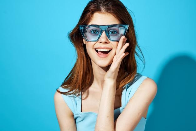 Porträt einer frau in modischer brille posiert studio-spaß-modell