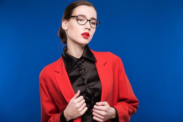 Porträt einer frau mit brille und roter jacke