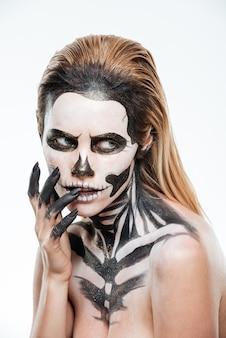 Porträt einer frau mit erschreckender angst make-up auf weißem hintergrund Premium Fotos