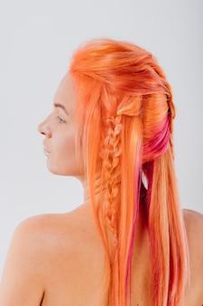 Porträt einer frau mit hell gefärbten haaren, alle orangetöne
