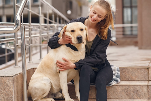 Porträt einer frau mit ihrem schönen hund