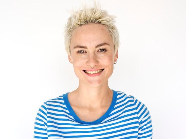 Porträt einer frau mit kurzen blonden haaren