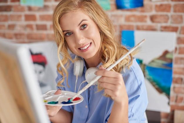 Porträt einer frau mit palette und pinsel