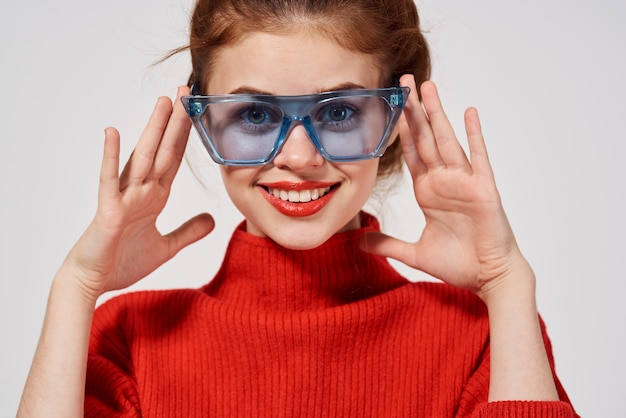 Porträt einer frau mit roten lippen attraktiven blick isolierten hintergrund