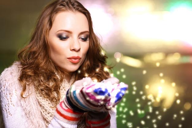 Porträt einer frau mit schal und handschuhen