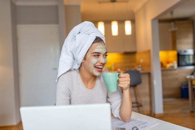 Porträt einer frau mit schönheitsmaske auf ihrem gesicht