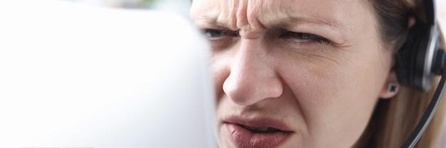 Porträt einer frau mit sehschwäche, die in den monitor schaut