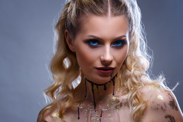 Porträt einer frau vampir make-up