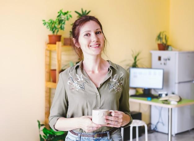 Porträt einer freiberuflichen unternehmerfrau, die zu hause arbeitet