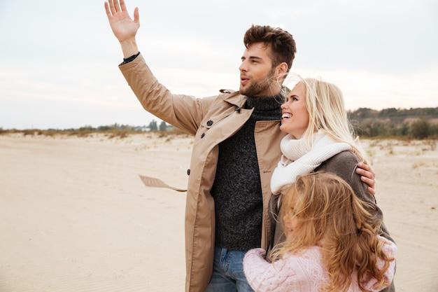 Porträt einer freudigen familie mit einer kleinen tochter