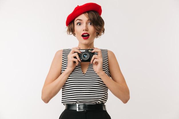 Porträt einer freudigen frau, die rote baskenmütze trägt