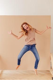 Porträt einer freudigen jungen frau, die springt