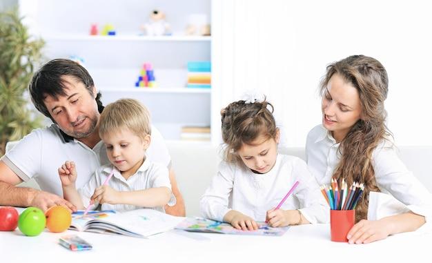Porträt einer fröhlichen familie mit einem laptop auf dem sofa zu hause sitzen