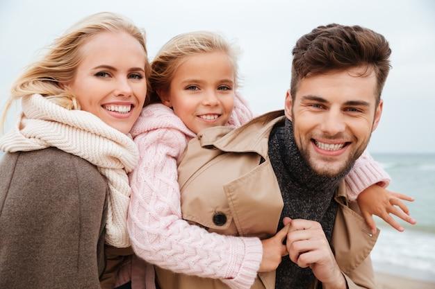 Porträt einer fröhlichen familie mit einer kleinen tochter