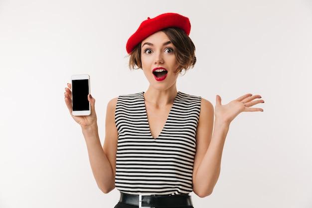 Porträt einer fröhlichen frau, die rote baskenmütze trägt