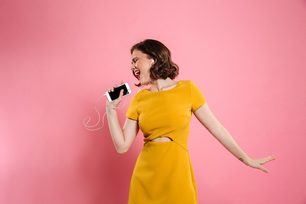 Porträt einer fröhlichen frau in kleid und make-up