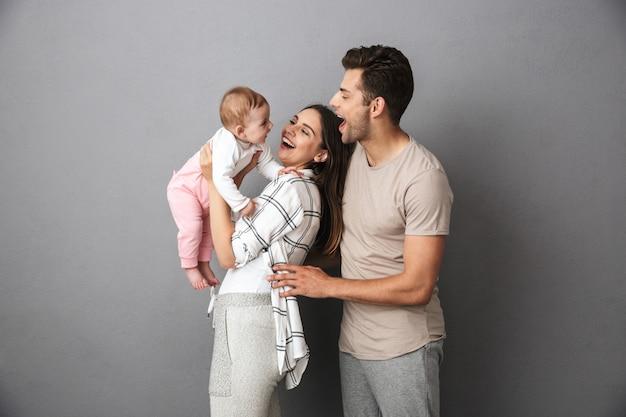 Porträt einer fröhlichen jungen familie