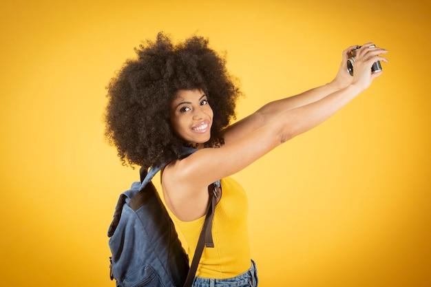 Porträt einer fröhlichen positiven afroamerikanischen frau, die selfie nimmt