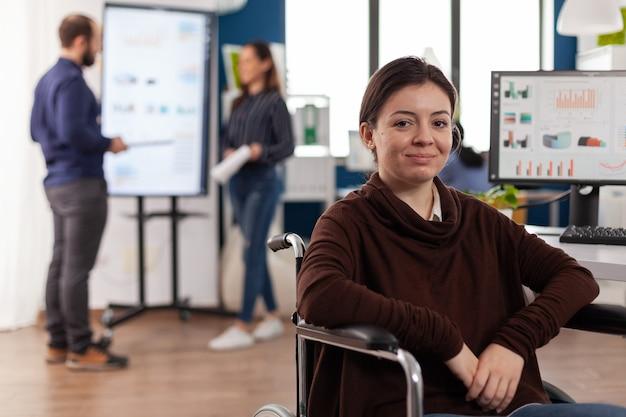 Porträt einer gelähmten geschäftsfrau, die in einem startup-unternehmen arbeitet