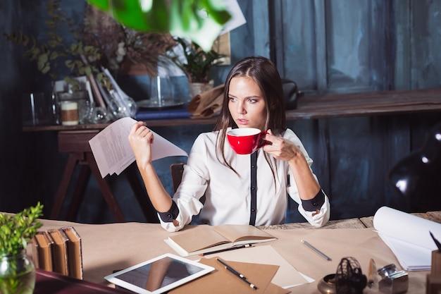 Porträt einer geschäftsfrau, die im büro arbeitet