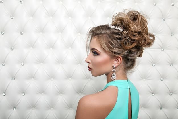 Porträt einer glamourösen blonden frau im blauen kleid