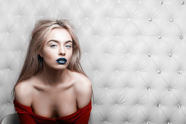 Porträt einer glamourösen blonden frau im roten kleid
