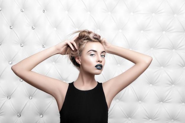 Porträt einer glamourösen blonden frau im schwarzen kleid