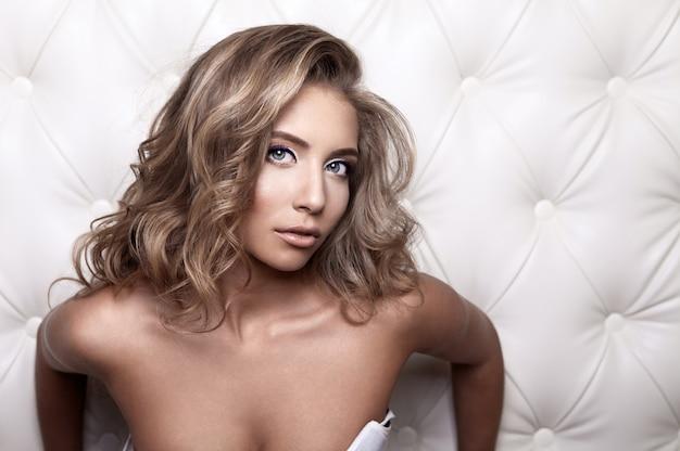 Porträt einer glamourösen blonden frau