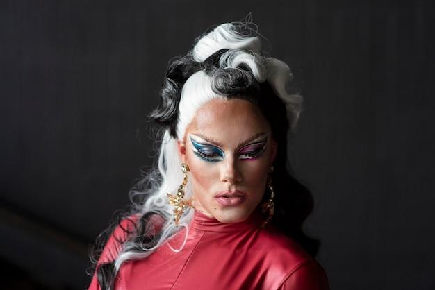 Porträt einer glamourösen drag queen posiert