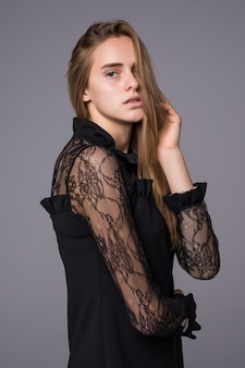 Porträt einer glamourösen frau, die elegantes schwarzes spitzenkleid trägt