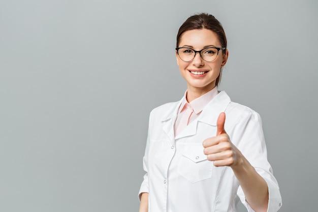 Porträt einer glücklichen ärztin, die das ok-zeichen zeigt