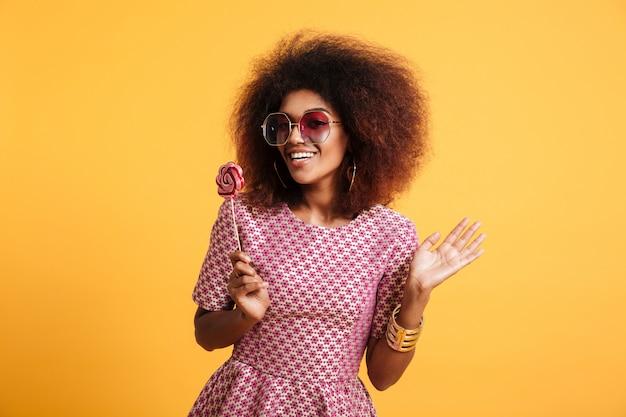 Porträt einer glücklichen afroamerikanischen frau im retro-stil