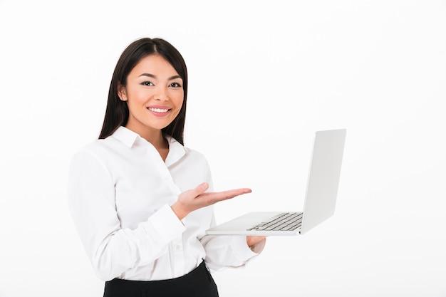 Porträt einer glücklichen asiatischen geschäftsfrau, die laptop hält