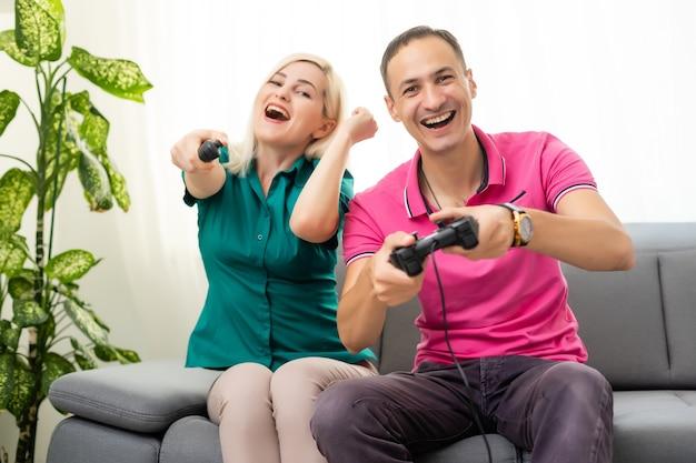 Porträt einer glücklichen aufgeregten familie, die videospiele spielt