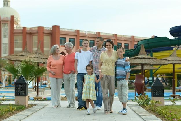 Porträt einer glücklichen familie, die sich im ferienort entspannt