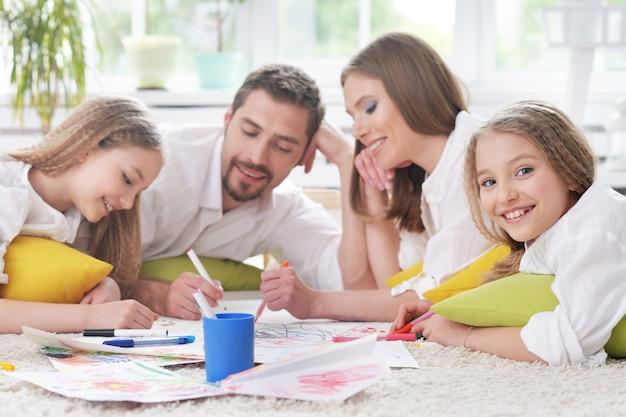 Porträt einer glücklichen familie, die zusammen malt