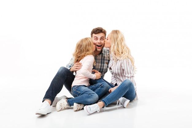 Porträt einer glücklichen familie, die zusammen sitzt