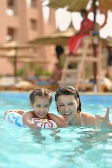Porträt einer glücklichen familie entspannen sie im pool