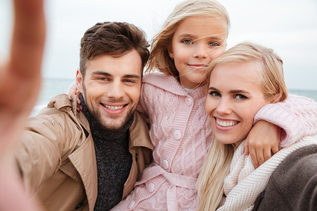 Porträt einer glücklichen familie mit einer kleinen tochter