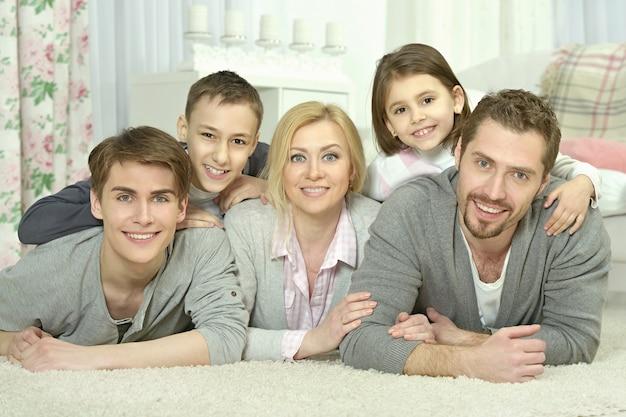 Porträt einer glücklichen familie zu hause