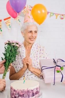 Porträt einer glücklichen frau an ihrem geburtstag