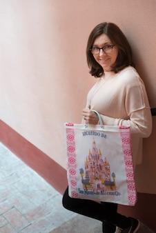 Porträt einer glücklichen frau, die wand auf treppe, bellas artes, san miguel de allende, guanajuat bereitsteht