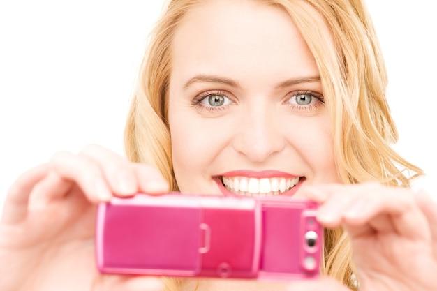 Porträt einer glücklichen frau mit telefonkamera