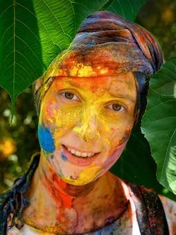 Porträt einer glücklichen frau nach holi festival mit buntem make-up