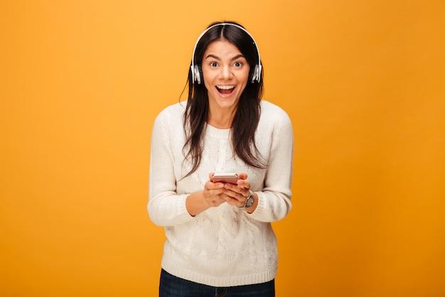 Porträt einer glücklichen jungen frau, die musik hört