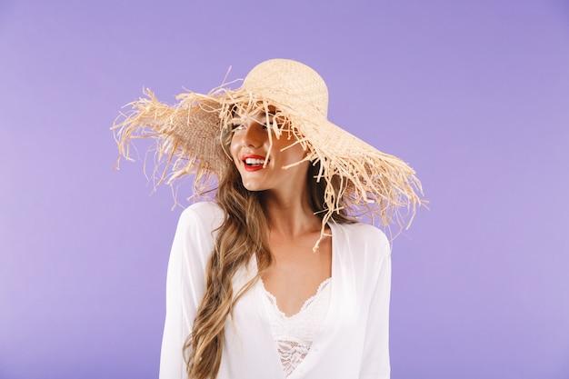 Porträt einer glücklichen jungen frau im weißen kleid