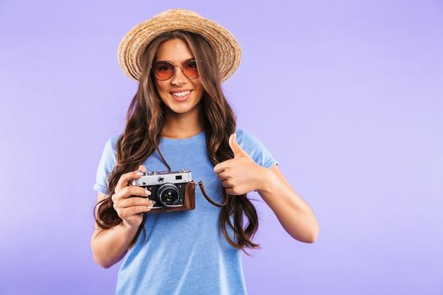 Porträt einer glücklichen jungen frau in hut und sonnenbrille
