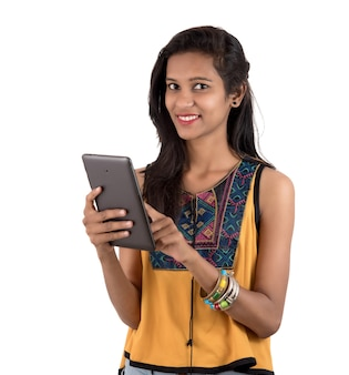 Porträt einer glücklichen jungen frau unter verwendung des mobiltelefons isoliert