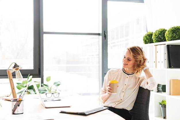 Porträt einer glücklichen jungen geschäftsfrau, die arbeitet